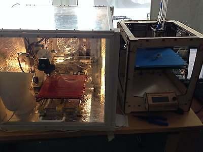 Auf den ersten Blick recht unscheinbar: Zwei 3D-Drucker