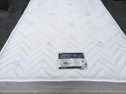 FREE DELİVERY QUEEN MATTRESS AND BASE IN EXCELLENT CONDİTİON.NO STAIN