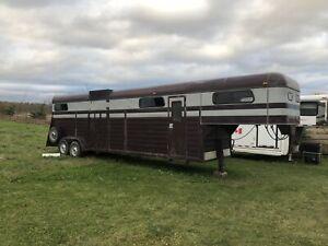 Goose neck horse trailer