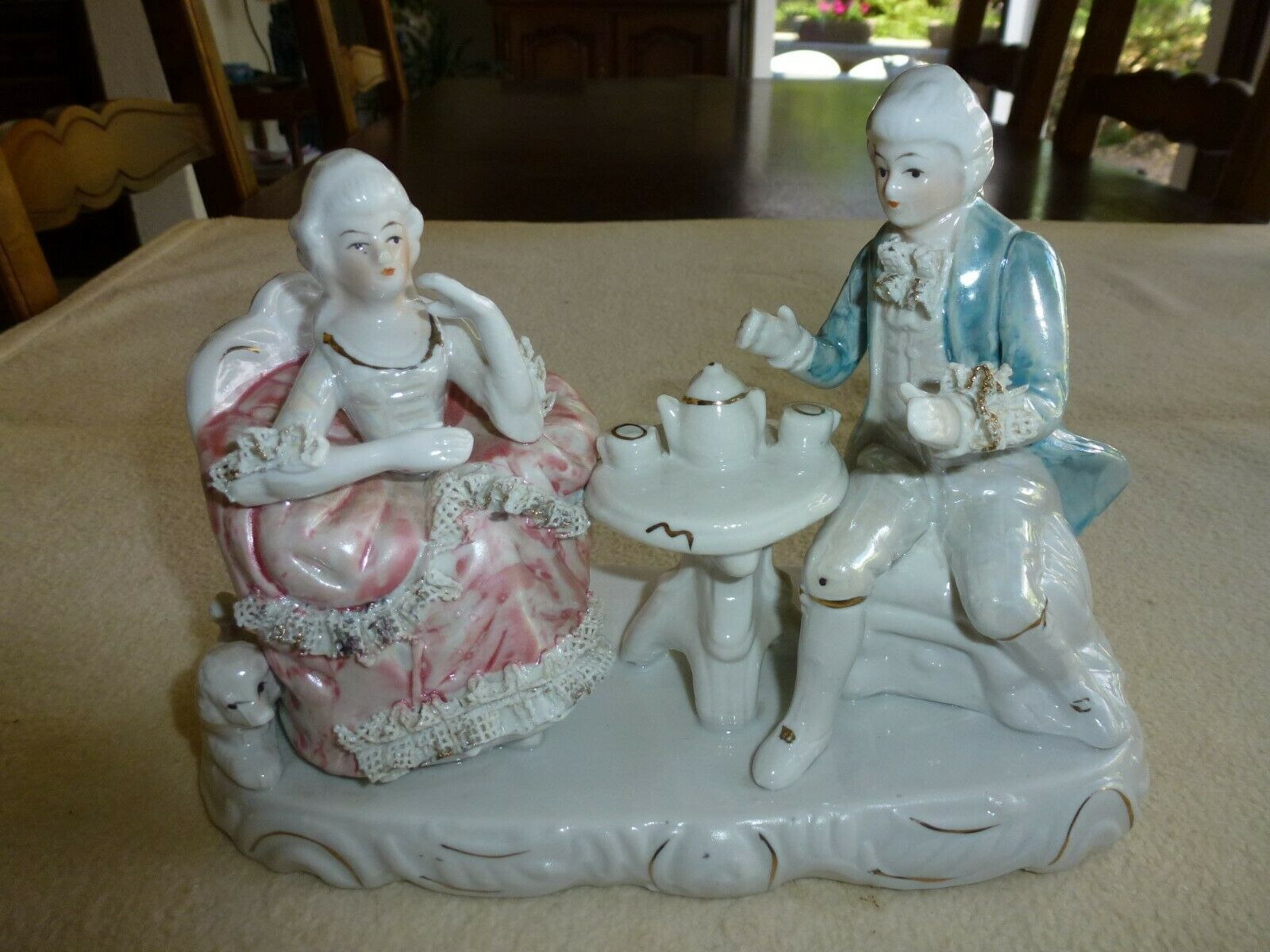 Superbe figurine en porcelaine couple prenant le the