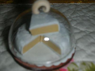 Käseglocke mit Briekäse, diverse Stücke/rPuppenküche/Catrichen 1:12