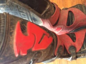 Red and black thor Dirtbike boots