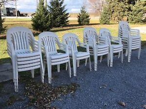 Chaise blanche extérieur de plastique