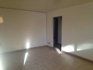 2 BDRM APT IN EAST LEAMINGTON - $675+hydro - AVAILABLE NOW