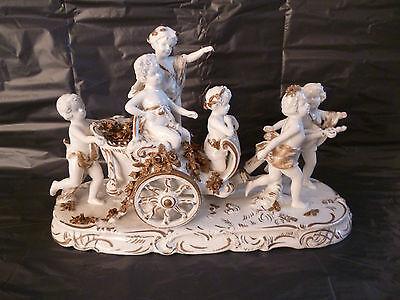 antike große Figurengruppe Putto Putti als Liebesboten große Kutsche mit Rosen