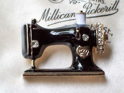 VINTAGE RETRO STYLE JEWELLERY OLD FASHIONED SEWING MACHINE ENAMEL BROOCH/PIN