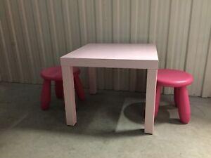 Petite table avec deux bancs en plastique