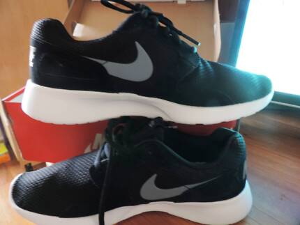 NEW NIKE runners shoes 9 mens 42.5 EUR black white 11 - womens Lalor Whittlesea Area Preview