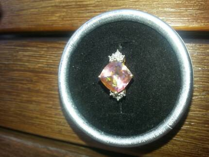 9 CRT YELLOW GOLD LADIES RING WITH LARGE PINK STONE AND DIAMONDS