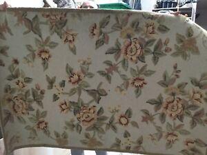 Tapis en laine avec motifs floraux
