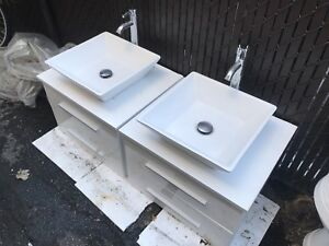 2 Floating Bathroom Vanity sets / Vanité blanc Suspendue