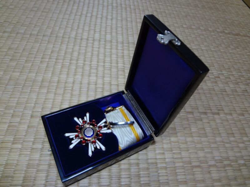 WW2 JAPANESE ARMY 3th Orders of the Sacred Treasure MEDAL badge army navy RARE