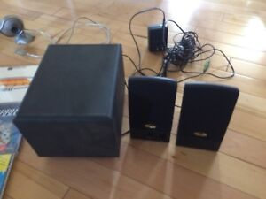 Computer speakers with small woofer