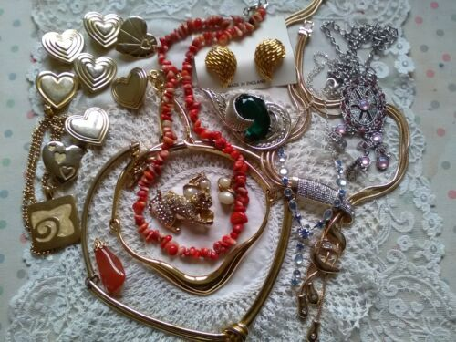 Good lot of costume jewellery, necklaces brooches.