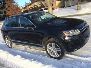 Volkswagen TDI Touareg SUV! 2011 w/ Low KMS