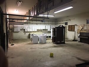 LARGE GARAGE WORKSPACE FOR RENT IN PARIS WITH HEAT & HYDRO.