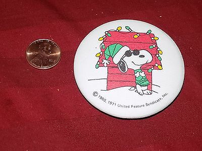SNOOPY COOL DOG HOUSE CHRISTMAS LIGHT PEANUTS PIN PINBACK 1971 ONLY 1 LISTED HTF