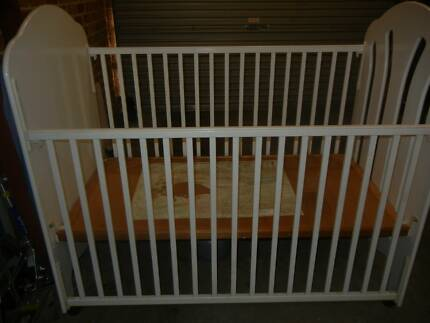 Baby cot / toddler bed and change table