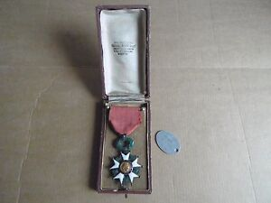 ORIGINAL WW1 FRENCH MEDAL LEGION HONNEUR CHEVALIER CASED MEDAL DOG TAG - Centre, France métropolitaine - Original WW1 French Medal Officer Chevallier Legion D'Honneur Cased Medal and Dog Tag ! Good Condition.please see the photos for more of details !original item no reproduction or copie.shipping cost: registered: 12 i accep - Centre, France métropolitaine