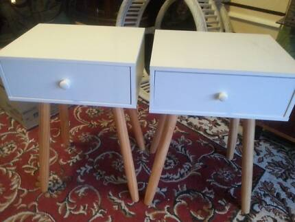 PAIR OF WHITE MODERN BEDSIDE TABLES WITH DRAWERS G.C.