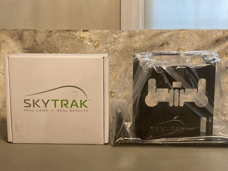 Skytrak Golf Simulator Launch Monitor with Protective Metal Case BRAND NEW