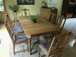 Dining room table, 8 chairs & Hutch
