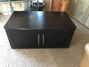 BEAUTIFUL SOLID WOOD TV STAND IN EXCELLENT CONDITION