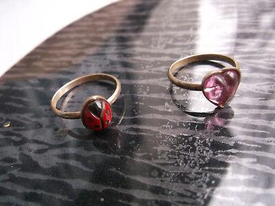 2 goldige, alte Ringe aus Kaugummiautomat 50er Jahre, Kinder, Herz, Marienkäfer