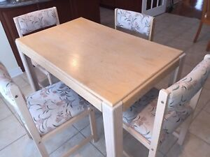 Table & 4 chaises ; en bois/wood; solid