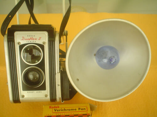 VINTAGE KODAK DUALFLEX II CAMERA WITH FLASH HOLDER, BULB, FILM, READY TO DISPLAY
