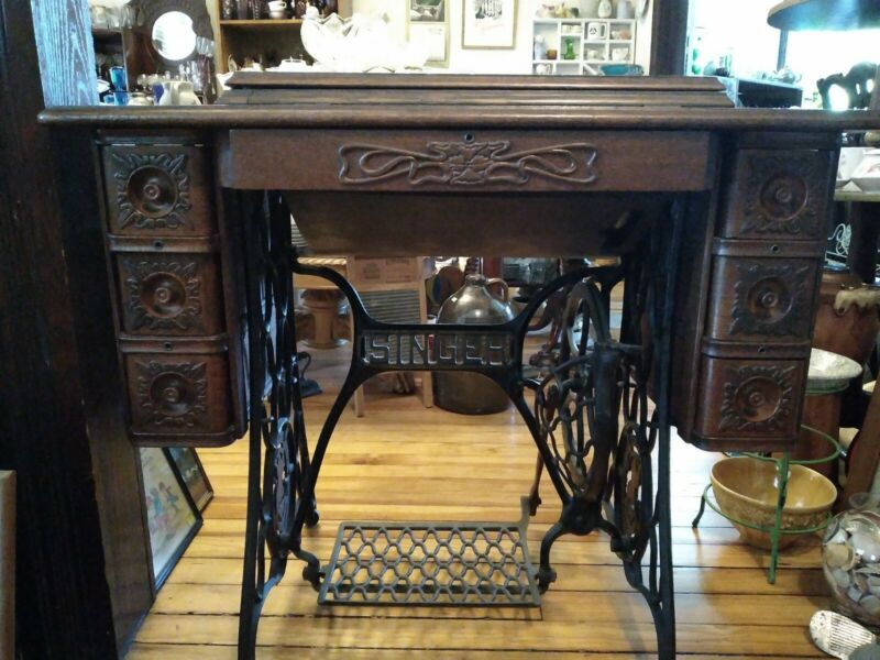 Singer Sewing Machine Cast Iron With Gorgeous Oak Case. White Sulphur Springs WV