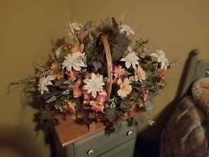 Ensemble fleurs avec panier en osier
