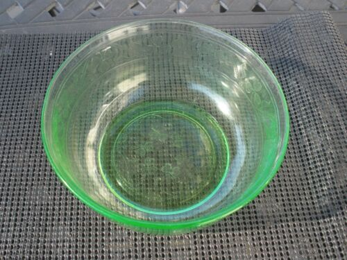 Cloverleaf  Depression glass    large berry bowl