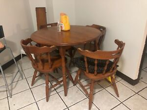 Dining table with four chairs  in a very good condition