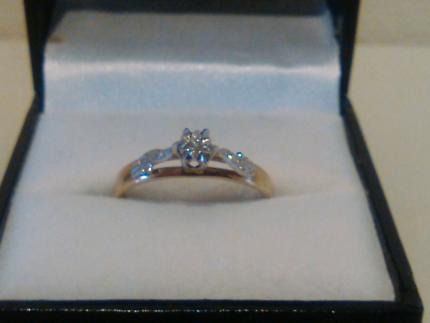 Women's 100 % genuine gold and diamond engagement ring