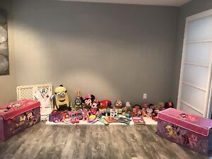 Lot de jouets pour enfant, et coffres