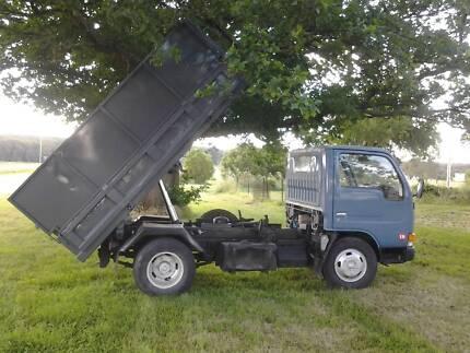 UD Nisssan Condor 3 way dump truck