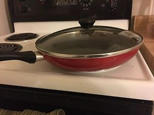 Red frying pan. 2 casserole dishes