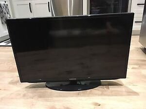 """Samsung 32"""" Smart TV with wall mount"""