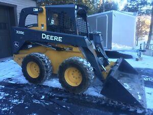 LOW HOURS John Deere skidsteer loader, 328E
