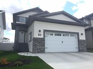 Amazing newer 3 bed house in Sylvan Lake! Double GARAGE!