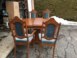 Dining Table/Chairs & Hutch