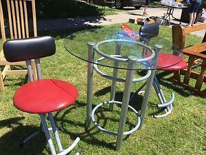 Glass table with 2 bar stools