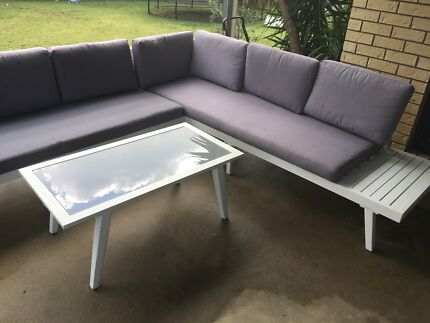 Outdoor corner lounge & coffee table