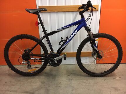 DUAL DISK GIANT MOUNTAIN BIKE IN GOOD CONDITION