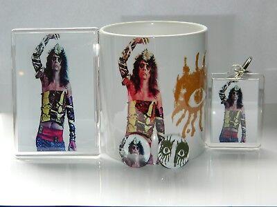 ALICE COOPER - RETRO 1971 PERIOD 11oz MUG MAGNET/FOB SET + 2 FREE BUTTON BADGES