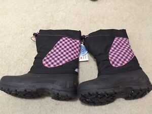 Brand new with tag girls size 13 snowboots for sale