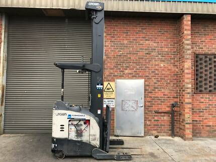 Crown RR5200 Reach Forklift