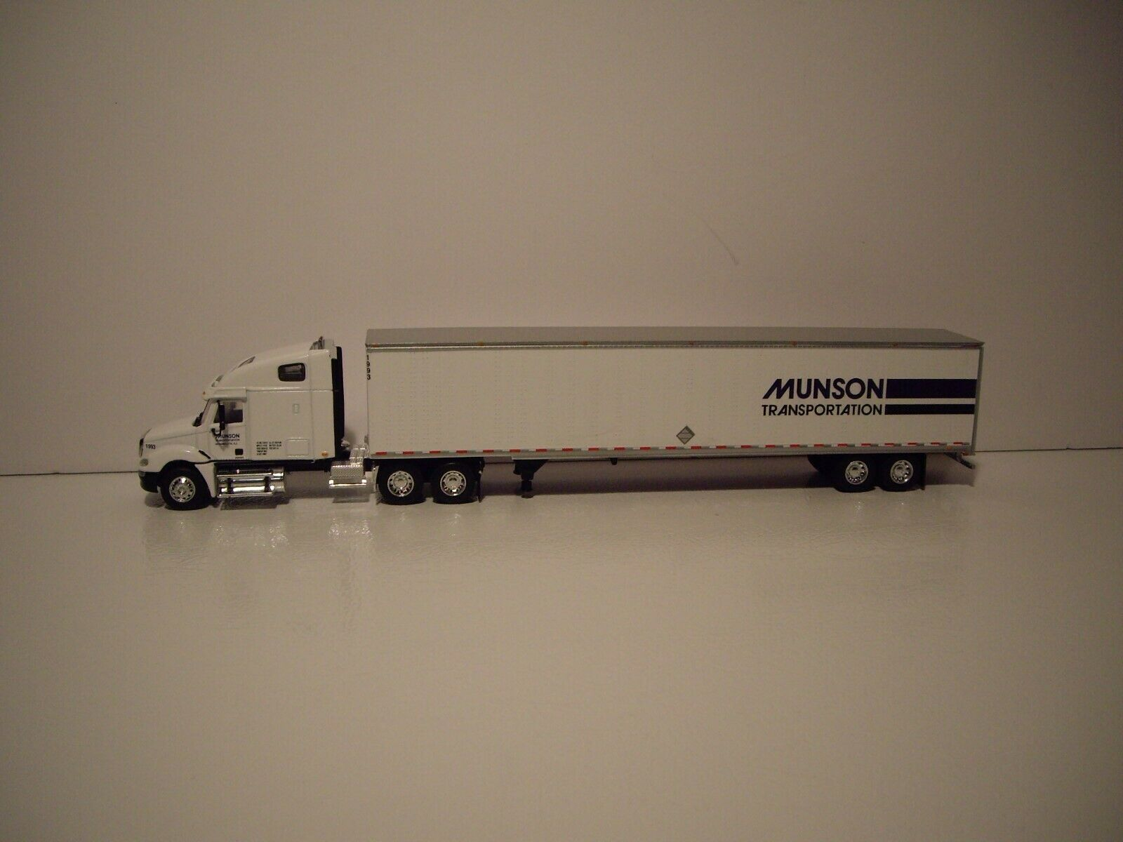 DCP 1/64 MUNSON TRANS FREIGHTLINER COLUMBIA WITH SLEEPER AND 53' DRY VAN 1