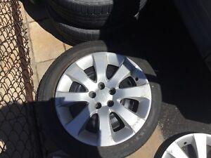 Cap de roues subaru et pneus sur rims